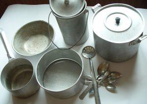 4-alyuminievaya-posuda-i-stolovye-pribory-300x212-9045588